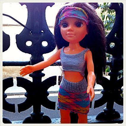 Muñeca vestida con ropa hecha reciclando calcetines viejos.