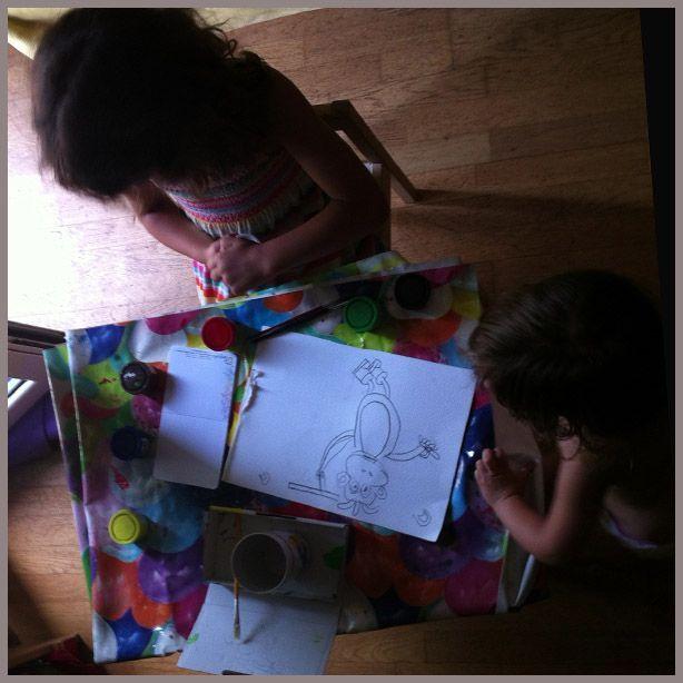 Dos niñas pintando un mono