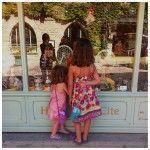 Las niñas babeando frente a la vitrina de una juguetería vintage