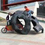 Yo, la peque y cargo bike en escultura Museo de la evolución humana