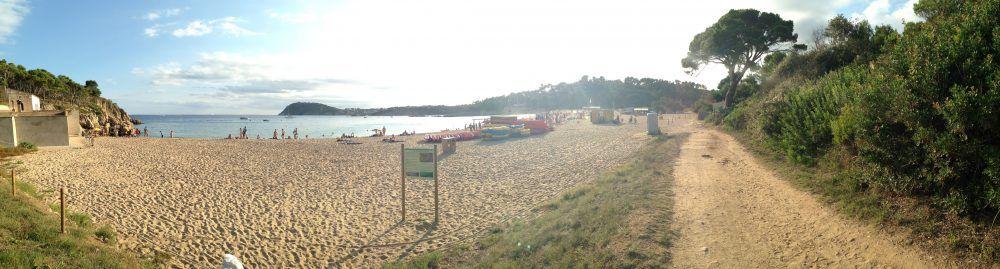 Entrada a la Playa del Castell. Costa brava con niños