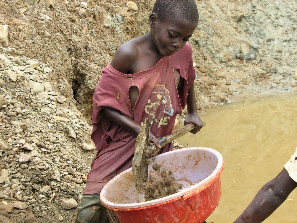 niño extrayendo coltan / Instituto Jane Goodall. Minerales en conflicto