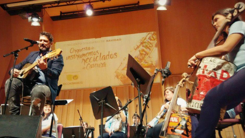 Orquesta de Instrumentos Reciclados de Cateura y Antonio Orozco
