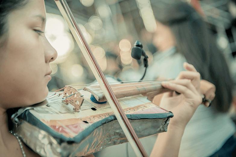 Violín de la Orquesta Reciclada de Cateura