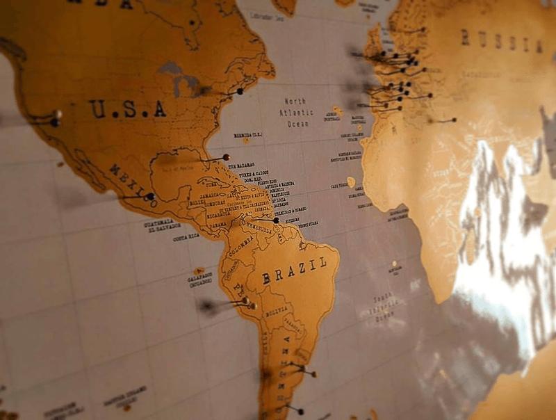 Invitados de todas partes del mundo, cenando juntos en una casa de particulares