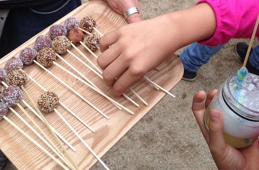 fiesta infantil, piñata sostenible: piruletas de frutos secos