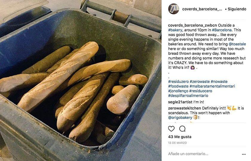 Pan en un contenedor de basura. Desperdicio alimentario. Foto de corsverds