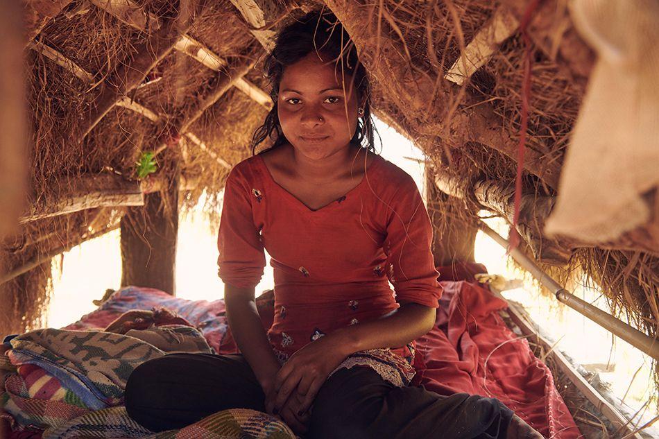 Pobreza menstrual y copa menstrual. Joven nepalí en Chhaupadi
